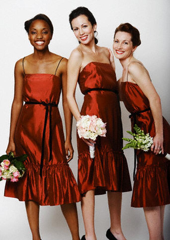 Las damas de honor con vestidos rojos