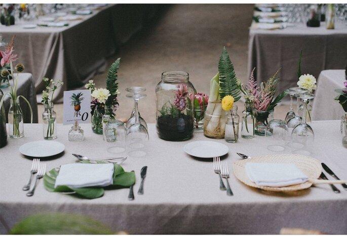 flores y verduras en botes