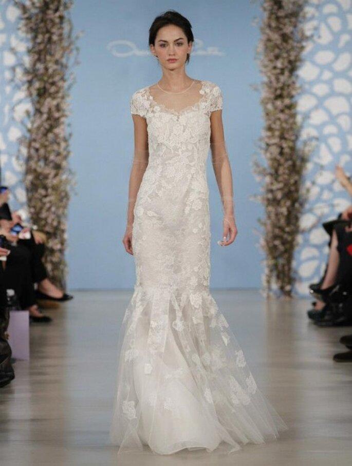 Vestido de novia recto con mangas cortas y detalles bordados en relieves con forma de flores - Foto Oscar de la Renta