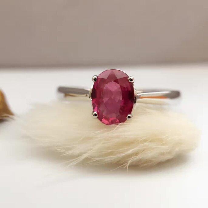 Anillo de compromiso en oro blanco con rubí