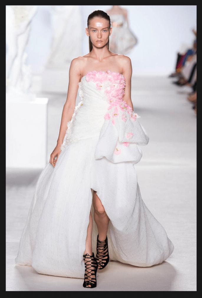 Vestido de novia alta costura en color blanco con flores en tono rosa y falda asimétrica - Foto Giambattista Valli