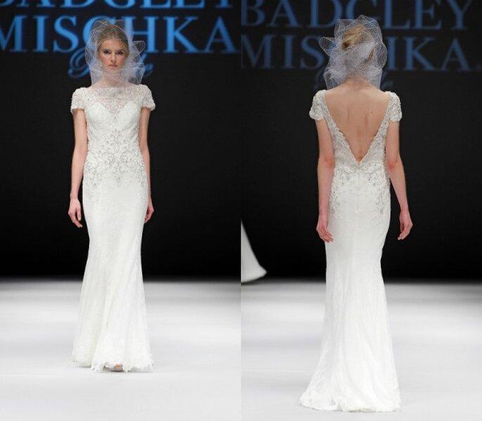 Vestido de novia elegante con silueta columna tradicional, mangas cortas y escote pronunciado en la espalda - Foto Badgley Mischka