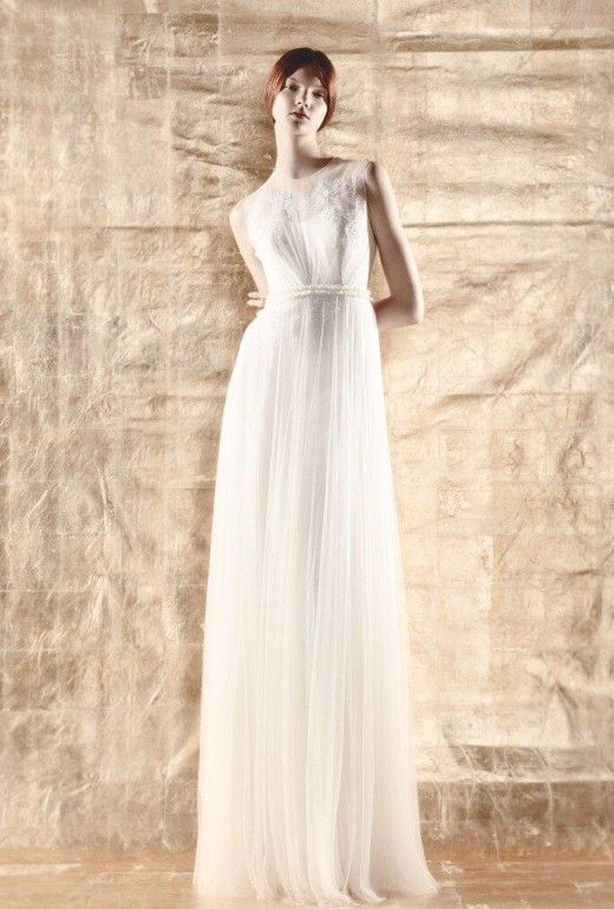 Vestido de novia con estilo simple, lazo en la cintura y caída elegante - Foto Del Pozo