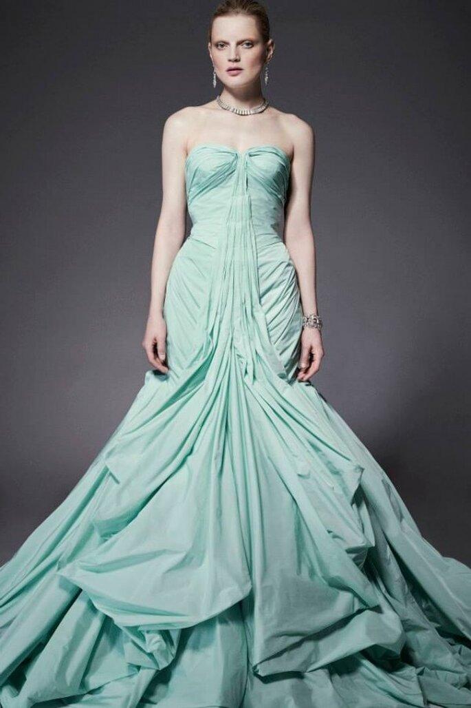 Vestido de fiesta corte sirena en color verde acqua con volúmenes con contrastantes y un precioso escote corazón - Foto Zac Posen