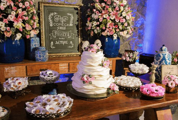 linda mesa de bolo casamento ao ar livre