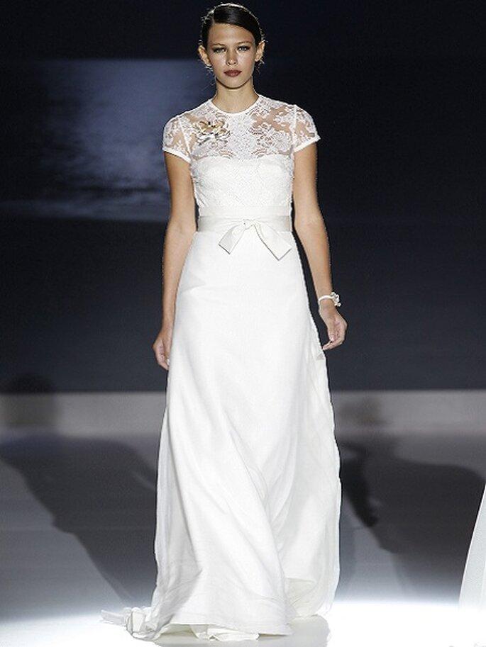 Robe de mariée avec noeud à la taille et dentelle au top. Collection Jesus Peiró 2013 Photo Barcelona Bridal Week