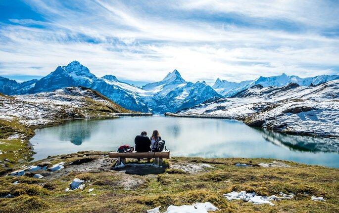 Paar sitzt an einem See