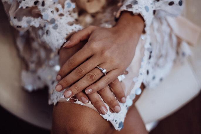 Blick auf die Hände des Models.