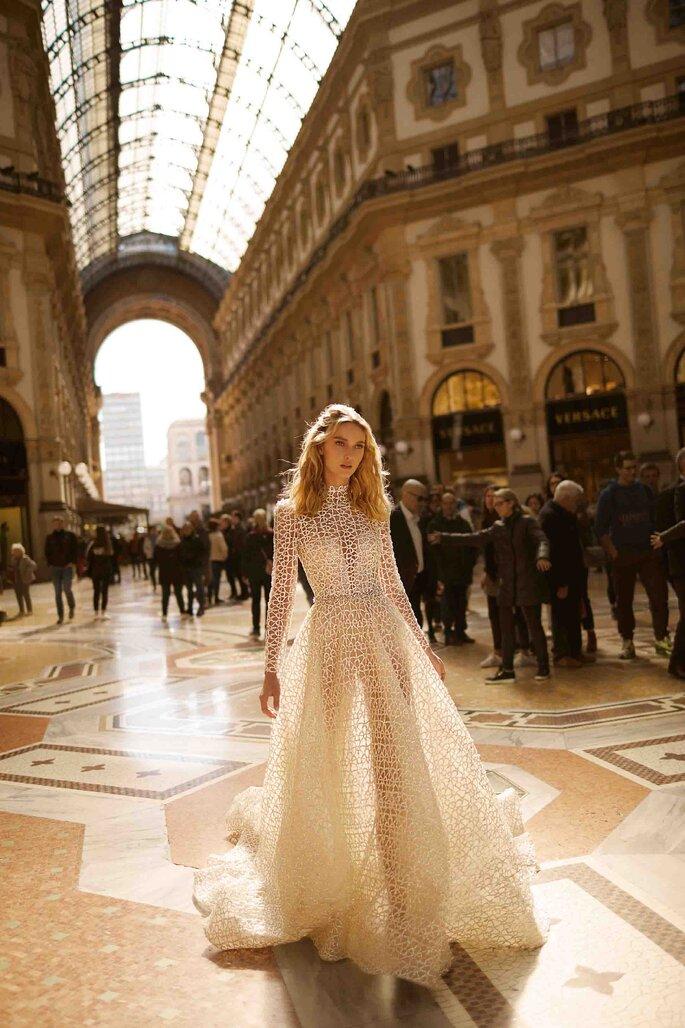 Vestido de novia cuello cisne con textura 3D, corte princesa