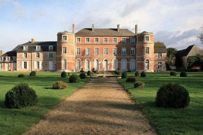 Une grande allée mène au Château de Denonville, au coeur de son parc verdoyant