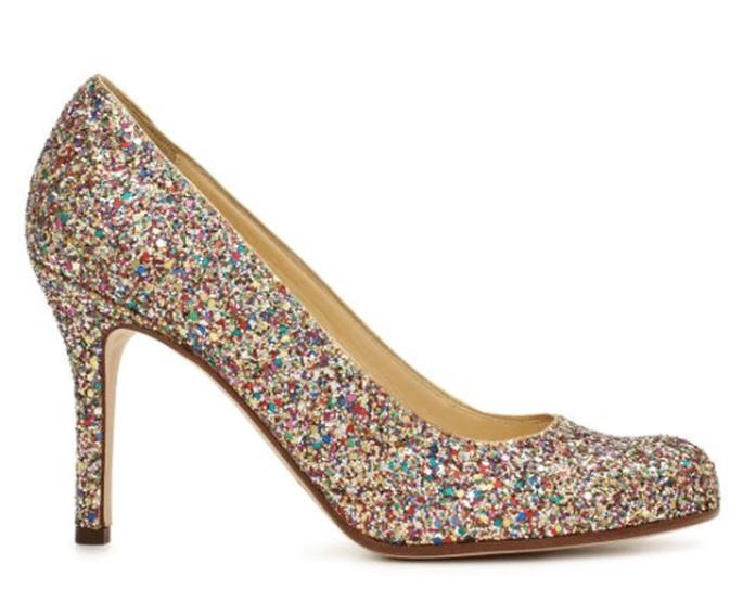 Los zapatos en colores metalizados te harán sentir glamourosa en una boda de noche - Foto Kate Spade