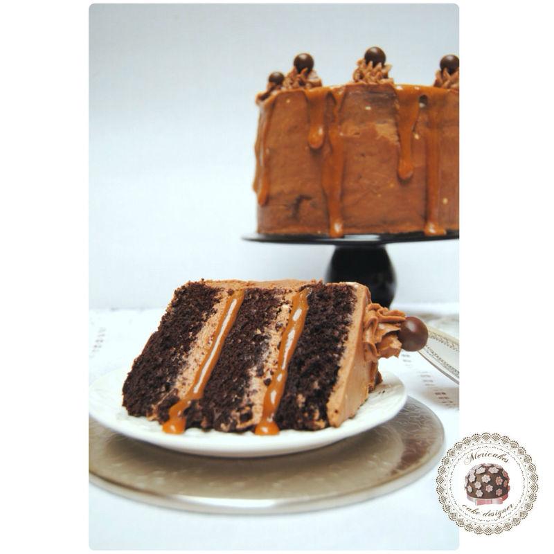 Tarta de chocolate y cacao belga rellena de mousse de chocolate con leche y toffee con escamas de sal.
