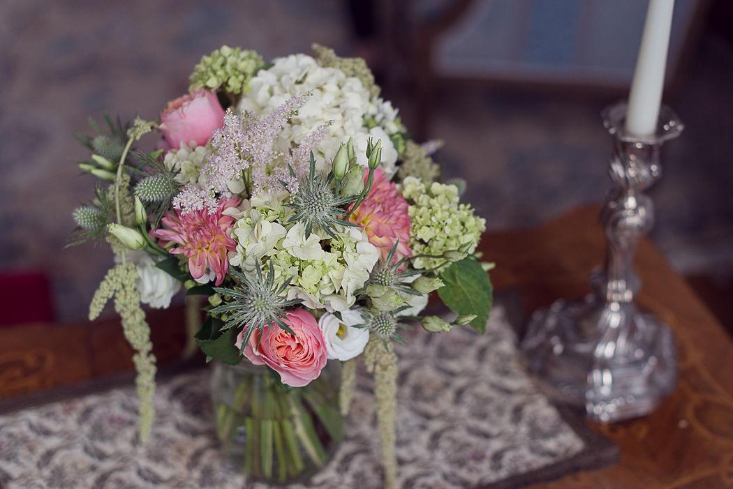 Bouquet de mariée rose poudrée et vert