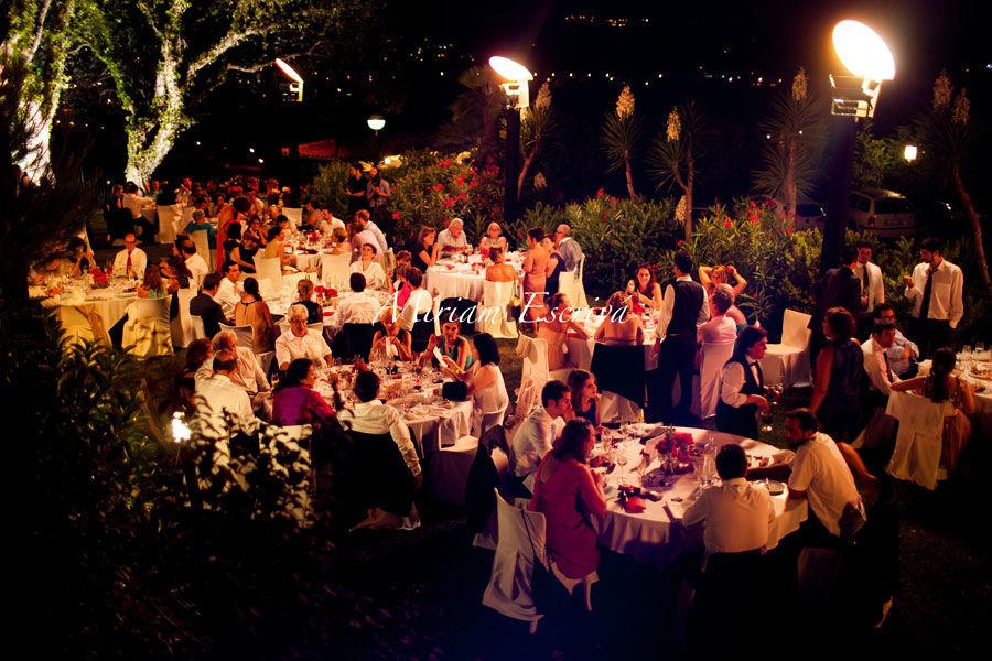 Banquete con iluminación cálida