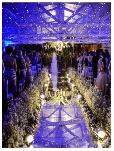 Cerimonia no campo com teto de luzinhas. Foto Ricardo Ranguetti