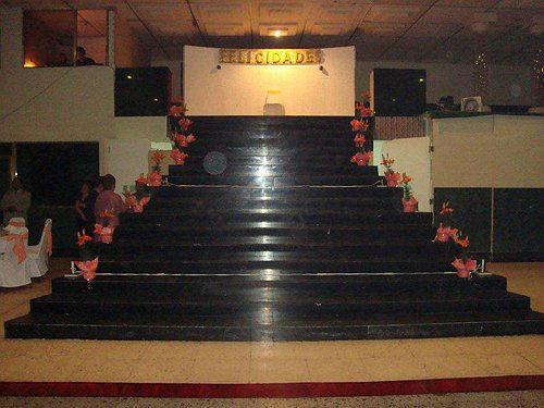 Adornos florales en escalera triunfal