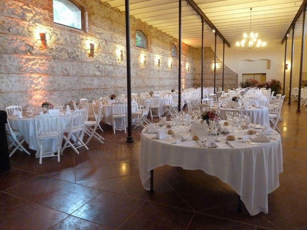 La salle décorée pour un mariage