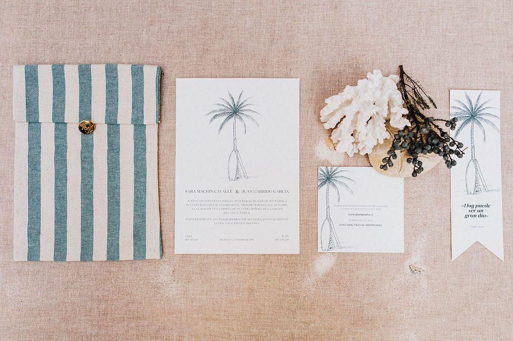 Invitación de una boda en Tarifa. El surf como inspiración, pero la elegancia por encima de todo. Sobre de tela y marca páginas de regalo para los invitados.