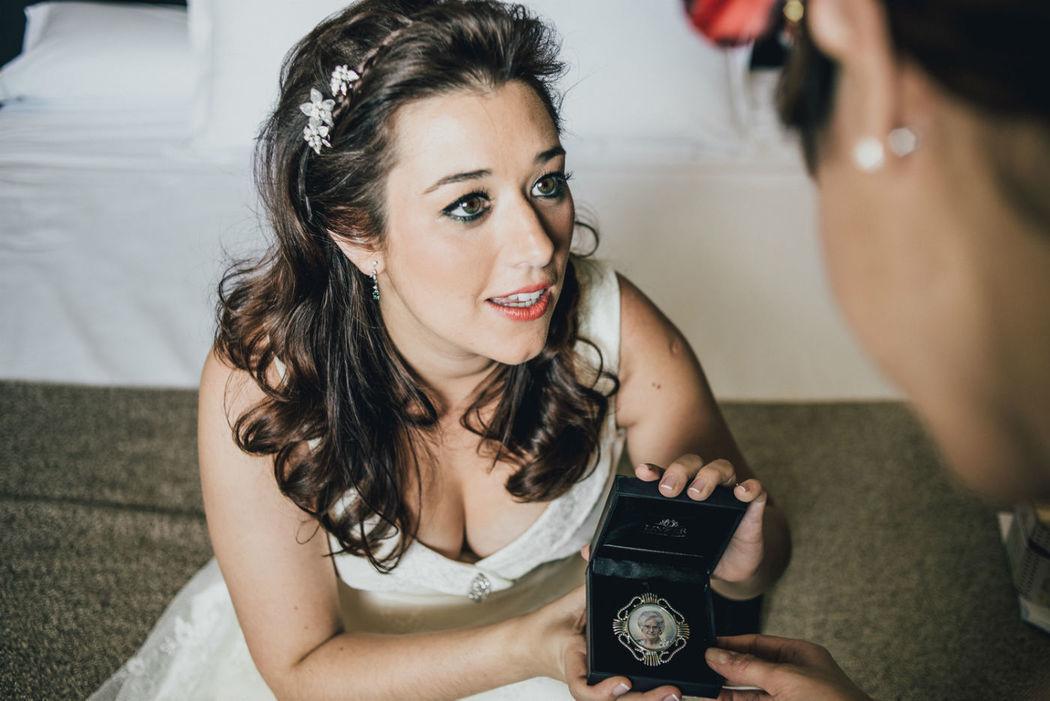 Una de las novias, Silvia, feliz con el retrato en miniatura de su abuela