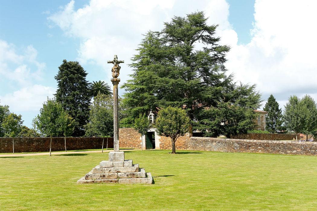 Cruceiro, muros y puerta de la campana