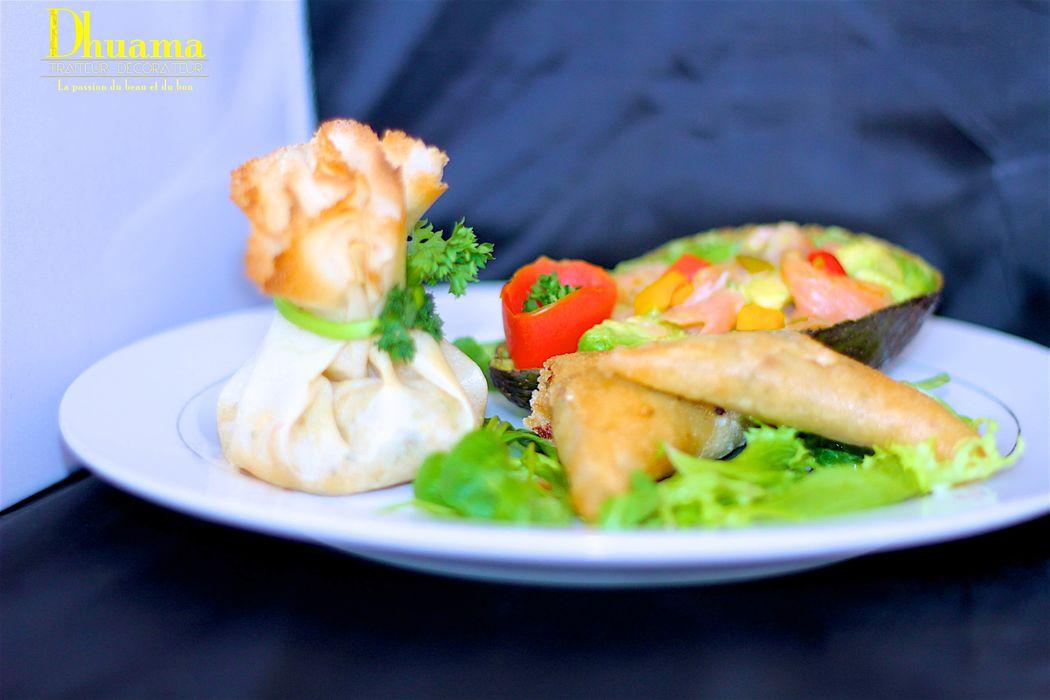 Assiette dégustation: aumônière de crevettes pimentées, samoussa et avocat saumon / Dhuama traiteur africain