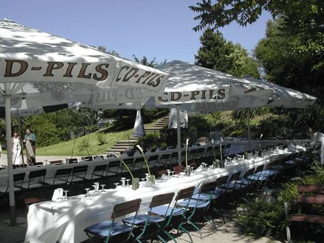 Beispiel: Hochzeitstafel draußen, Foto: Teehaus Weissenburgpark.