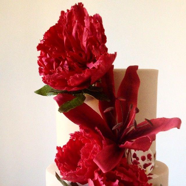 Confiserie de Lu - Bolo nos tons de vermelho com flores em açúcar. Peônias, lírios, rosas rajadas e phalaenopsis