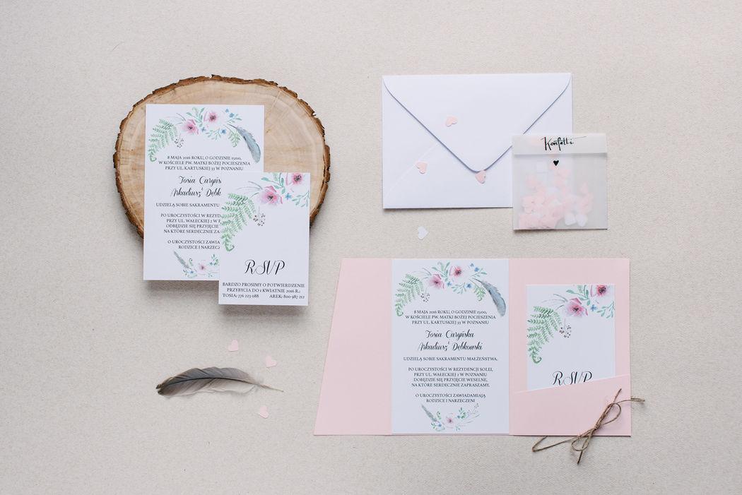 Zaproszenia ślubne Boho Wedding z akwarelowymi kwiatami i piórami, w zamykanym folderze.