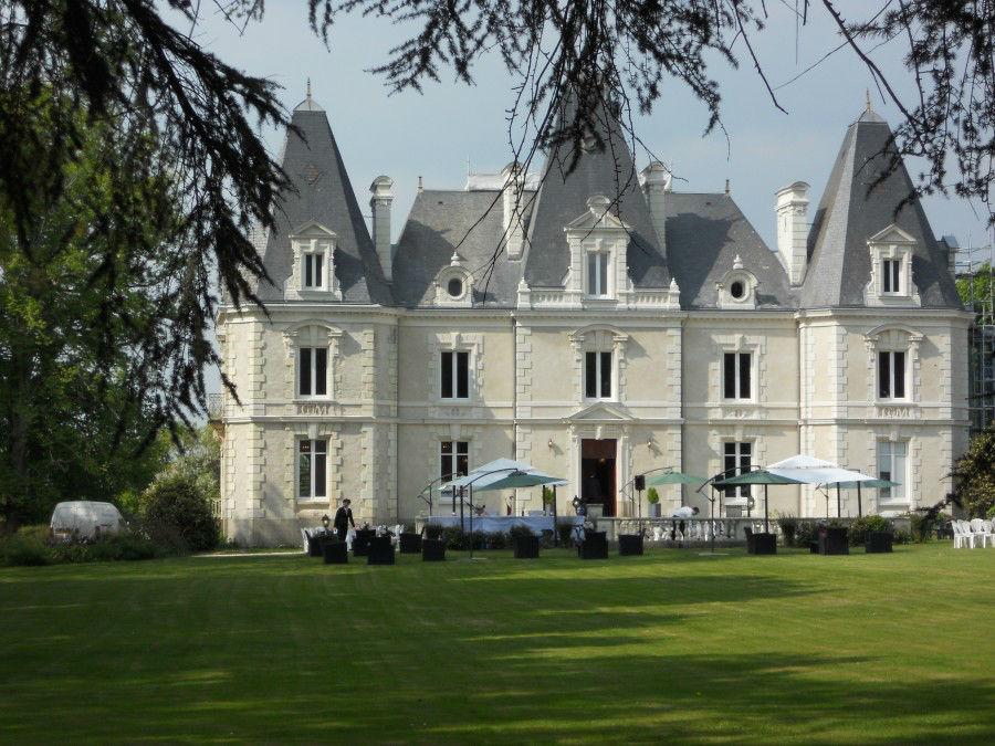 ALT - château Le Saz  On vous propose une Restauration gastronomique, avec un parc de 7 hectares, Le Château Le Saz dispose de deux grandes salles de 200 m² chacune, au sein du château.