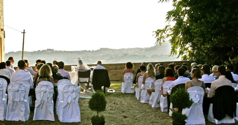 Prachtige ceremonie in de tuin met uitzicht over de heuvels