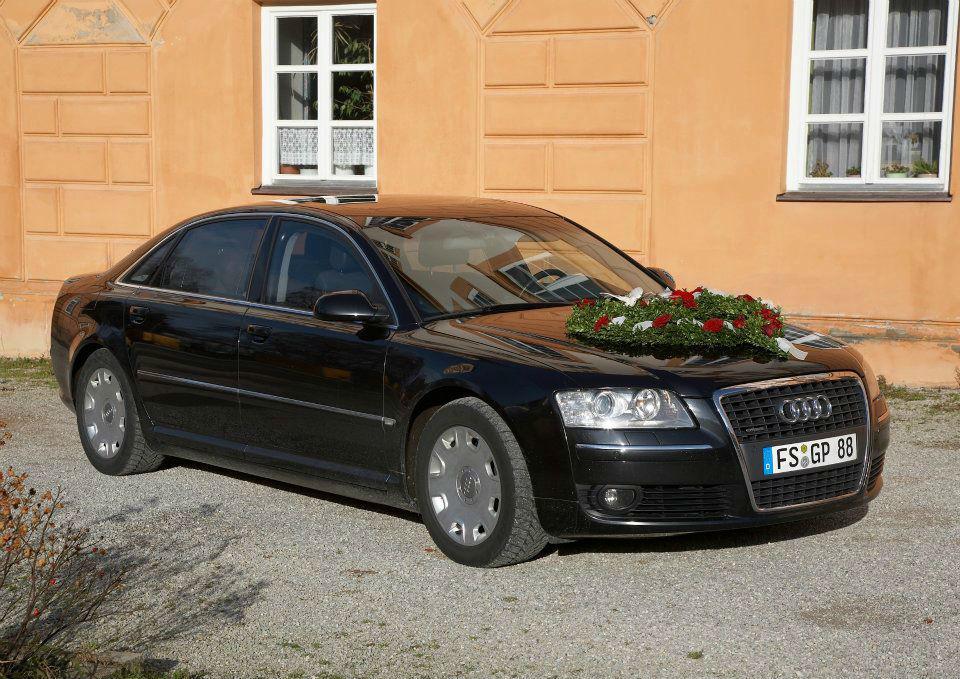 Beispiel: Audi Limousine mit Blumengebinde, Foto: G&P Limousinenservice.