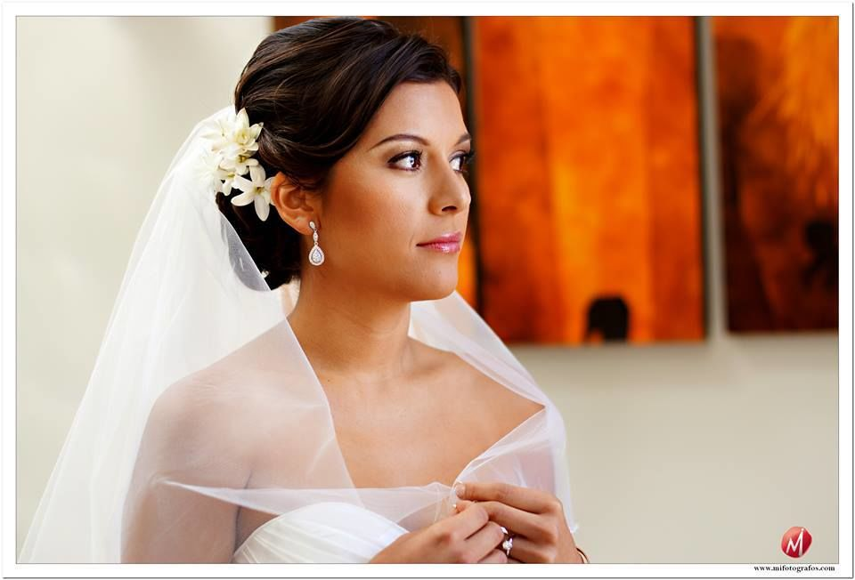 Hola Ingrid,  me case el 14 de setiembre del 2013 y tu hiciste mi maquillaje - quedo ESPECTACULAR! Toda la gente que ve mis fotos ni me puede reconocer! jajaja. Mil gracias, en serio. Elsa