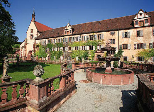 Beispiel: Kirche mit Prälatenbau, Foto: Kloster Bronnbach.
