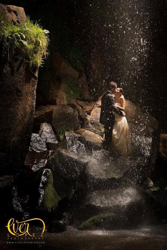 Trash the dress TTD cascada rio novia novio vestidos mojados para su sesion de fotos despues de la boda  Fotografia de boda por fotografo profesional de bodas Ever Lopez