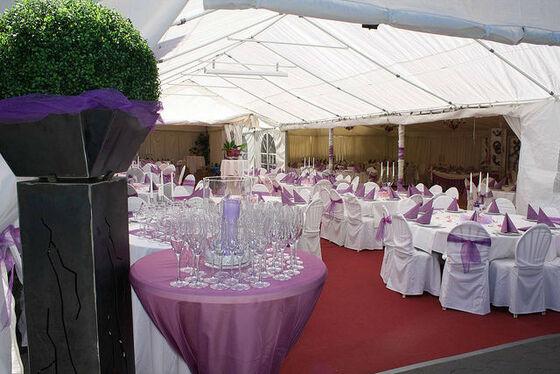 Beispiel: Hochzeitsfestzelt - Bankett, Foto: Eventoase Schützenhaus.