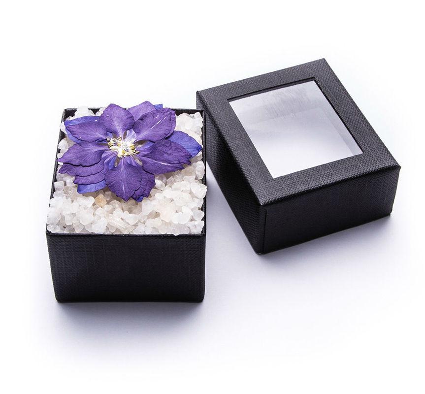 Sales de baño con adorno de flores ibicencas. Hechas con sal marina y enriquecidas con aceites esenciales para no resecar la piel. Presentadas en cajita individual y posibilidad de etiquetado personalizable.
