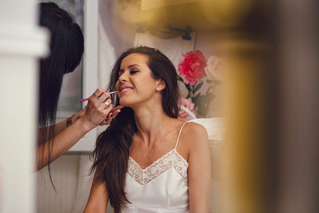 Maquillando a la novia. Nuria Villa · Makeup Studio