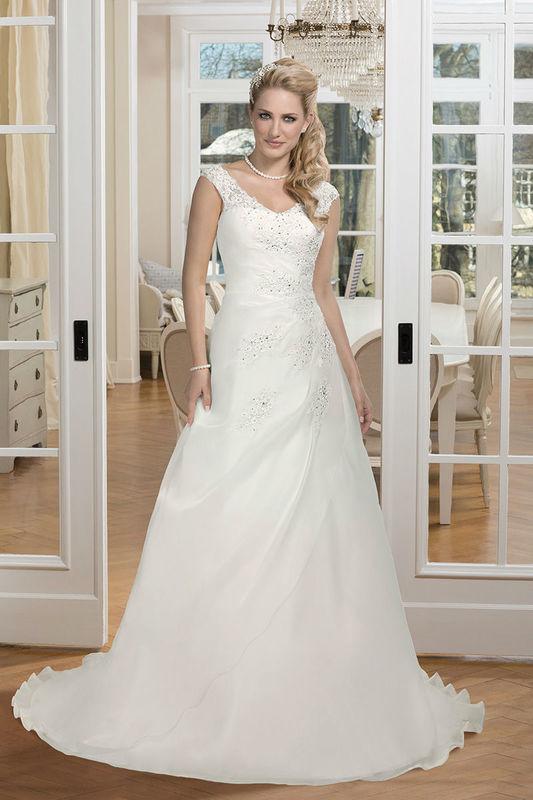 Beispiel: Brautkleid mit schräg liegenden Trägern, Foto: Kleemeier.