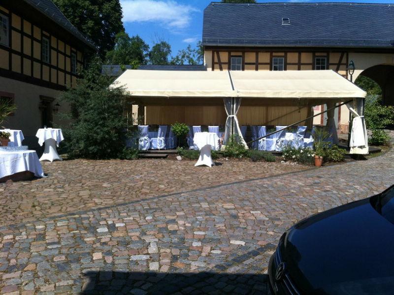 Beispiel: Innenhof mit Zelt, Foto: Denkmalhof Schlagwitz.