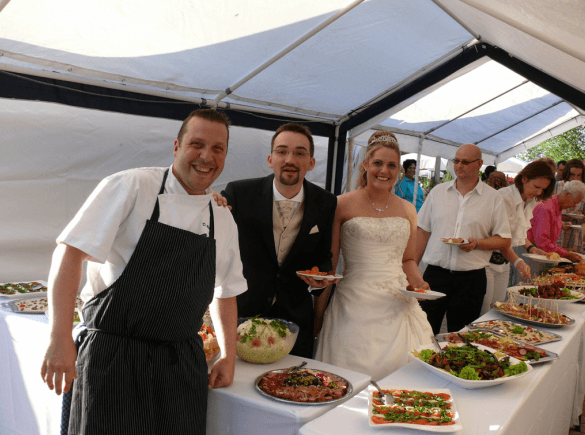Beispiel: Hochzeitspaar mit Koch, Foto: Hofgut Rheingrafenstein.
