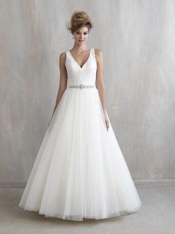 Воздушная юбка из фатина, V-образный вырез и кружевное оформление спины - идеальное сочетание для невест, желающих подчеркнуть свои самые достойные места.