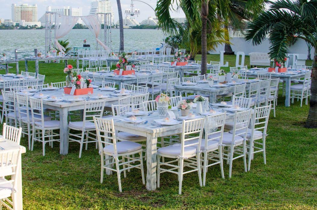 Jardines para eventos #mobiliarioparaeventos, #bodasenlaplaya #beachweddings #centrosdemesa #centerpieces #bodasencancun #partyboutiquecancun #udwfinefurniturerental #prettyflowerscancun