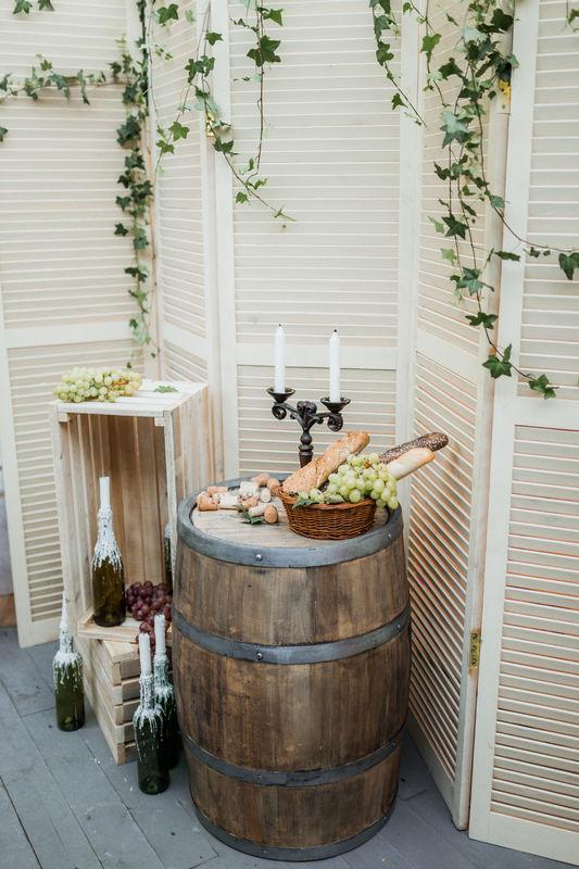 Фотозона для свадьбы в винно-виноградной тематике