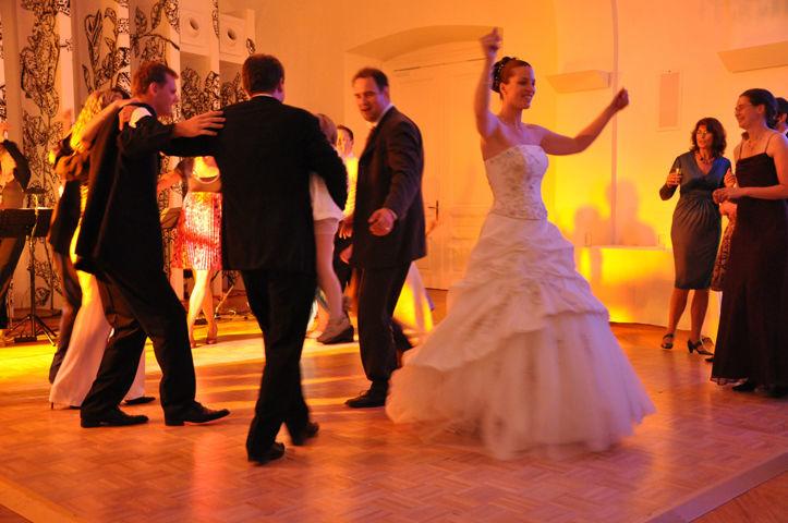 Beispiel: Fröhliche Hochzeitsfeier auf dem Schloss, Foto: Schloss Schönbrunn.