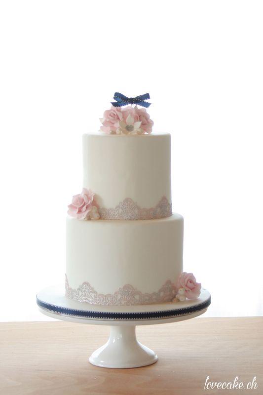 lovecake.ch Romantische Hochzeitstorte mit Zuckerrosen und Zuckerspitze in weiss und rosa