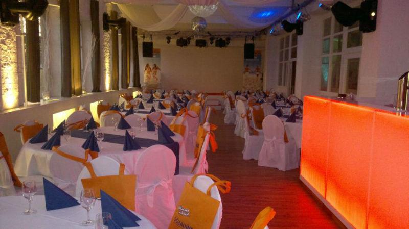 Beispiel: Hochzeitsgedeck in orange-blau, Foto: Alte Pulverfabrik.