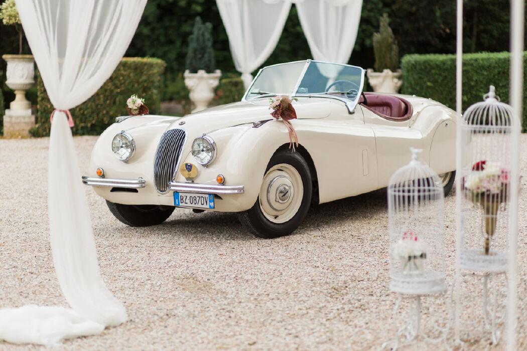 Auto vintage degli sposi in villa