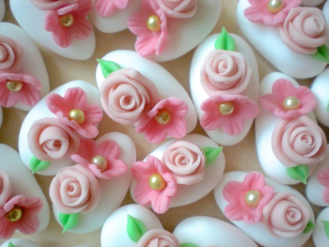 Confetti decorati a mano, in pasta di zucchero. Disponibili esclusivamente su prenotazione