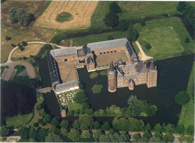 Foto van bovenaf op Kasteel Hoensbroek