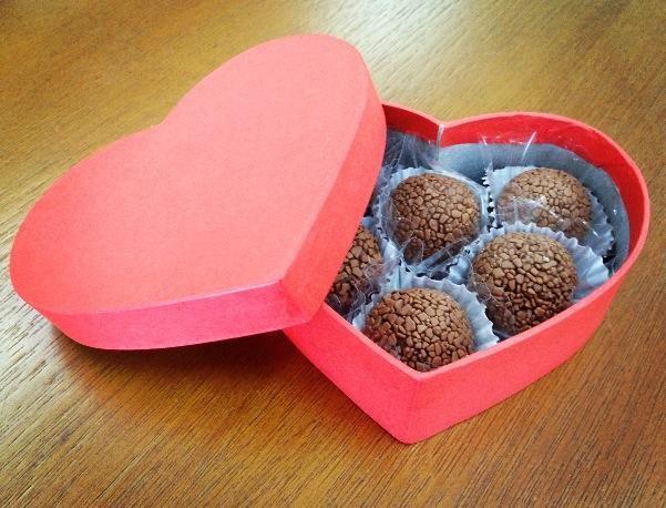 Marrom Bombom Doces e Chocolates Finos
